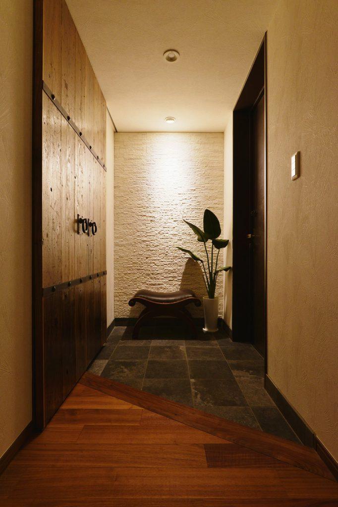 【玄関】 機能性と意匠性、エントランスに必要な要素。ワインカーブをイメージしたインテリア。陰影をアクセントに出来るよう壁には大理石を貼りました。