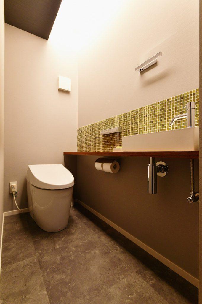 【トイレ】 コンパクト空間ながらLDKからの連続した間接照明など広がりのある空間となりました