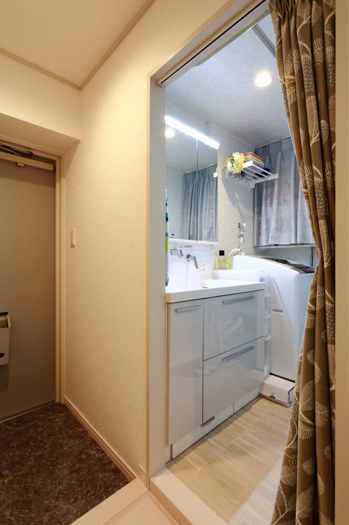 【洗面室】 構造上どうしても広げられない洗面室…。でも、そこを諦めないのがS様!アイディア満載の収納で、限りあるスペースを有効活用されています。アイディア次第でどんな暮らしも実現できる、それがリノベの良いところですよね!