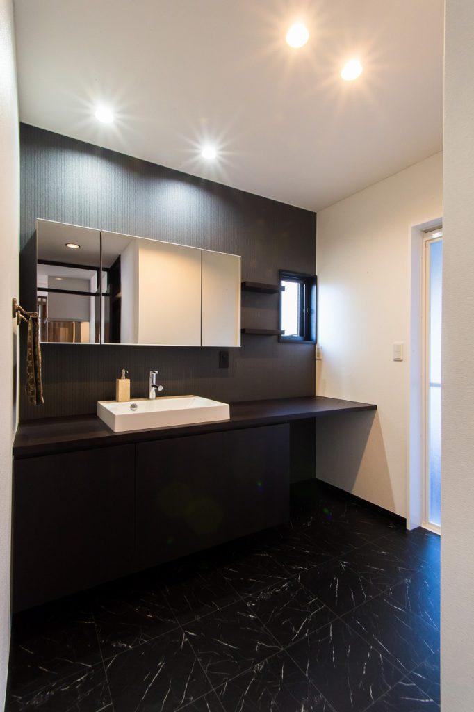【洗面室】 オーダーの造作洗面台は広々とした カウンターでゆったりご使用いただけます。 モノトーンで落ち着いた空間になりました。