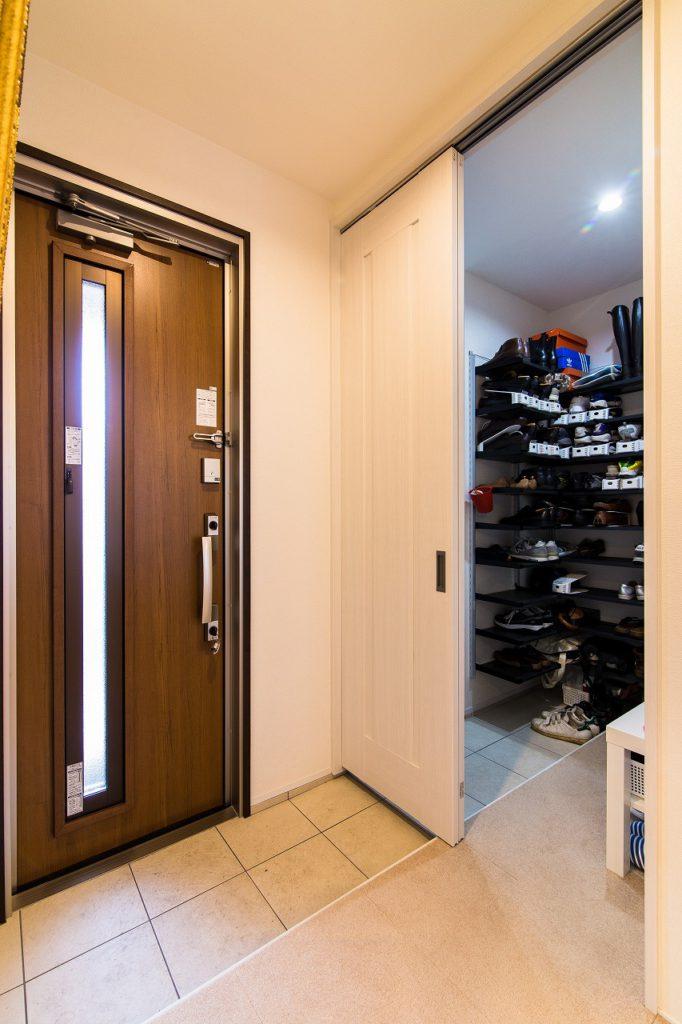 【玄関収納】 玄関横に大きな収納を。靴以外にもスーツケースなどもたっぷり収納。