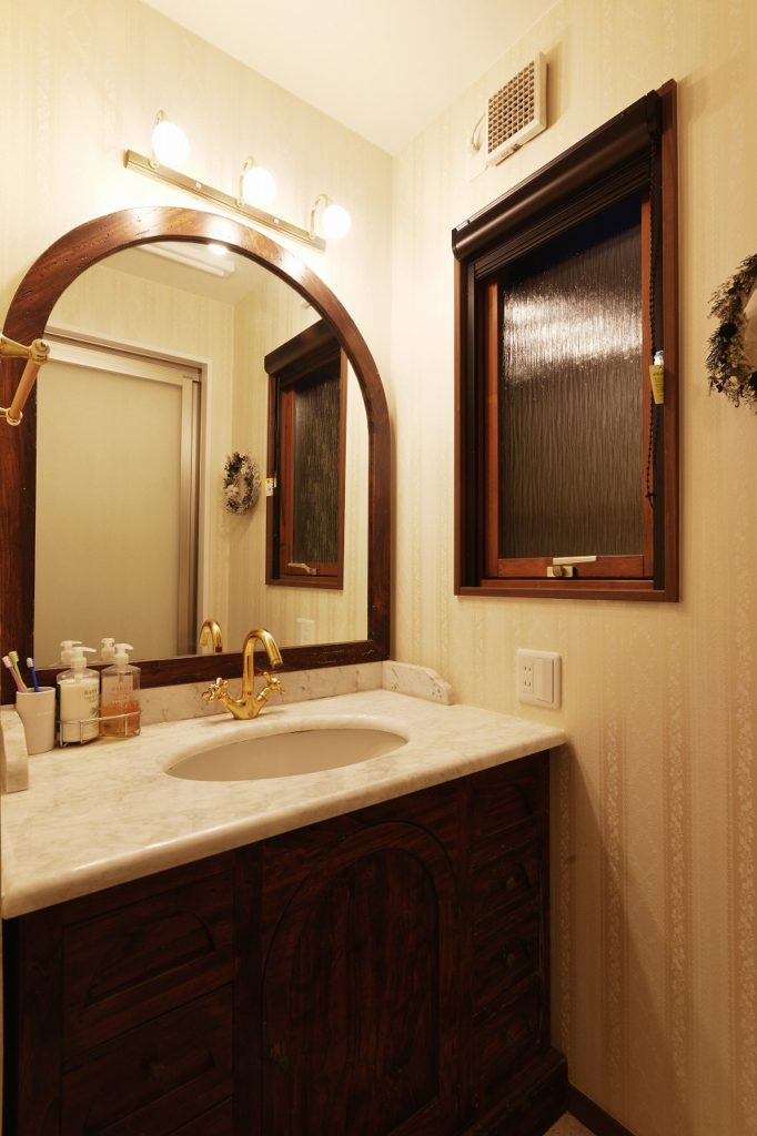 【1F 洗面室】 奥様お気に入りの洗面化粧台を移設再利用 木製サッシは既存のまま残しました