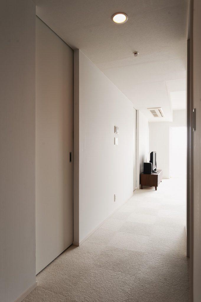 【廊下】 引き戸は枠無し、レールも埋め込み シンプルな納まりにしています。
