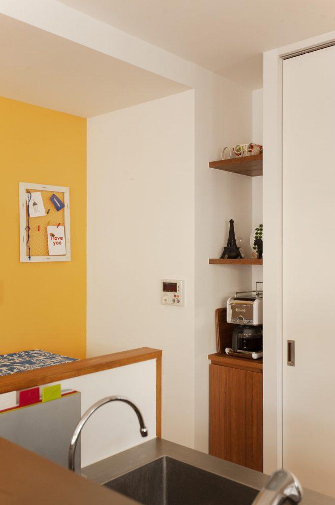 【LDK】 キッチン背面のPS前には飾り棚と 収納を造作しております。