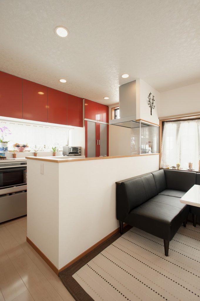 【ご両親 キッチン】 レッドカラーをアクセントとし多くの来客にも 対応できる空間を計画した。