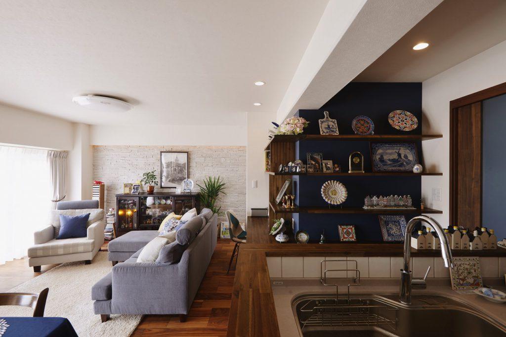 リノベーションで改めて家が好きになる。こだわりのデルフト焼の陶器たち。キッチンから見える場所には奥様の好きがいっぱい。家族を思いながらキッチンにいる時が至福のひと時になります。