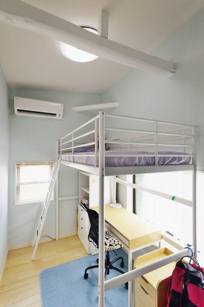 【娘様のお部屋】 梁や建具、床もホワイト調にまとめ、可愛らしいお部屋に仕上げています。壁紙もお嬢様がお選び頂いたお気に入りのものです。