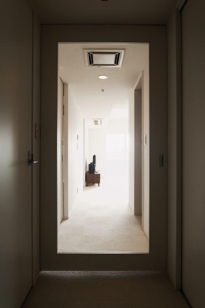 【廊下】 玄関から大額の透明ガラス戸から リビングの雰囲気が伺えます。