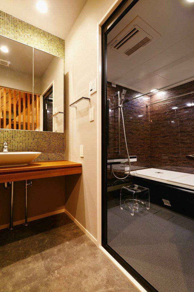 【洗面所】 床材などと統一したチーク材で造作した洗面台