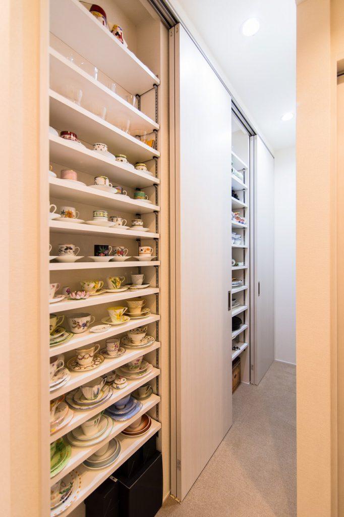 【収納】 キッチン裏の収納。ギリギリの寸法にして奥様の大好きなスペースを確保