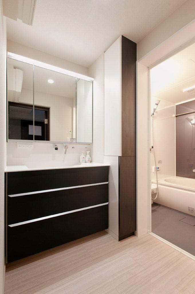 【洗面室】 メーカーの既製品と揃えて収納スペースを造作し、収納力を高めました。