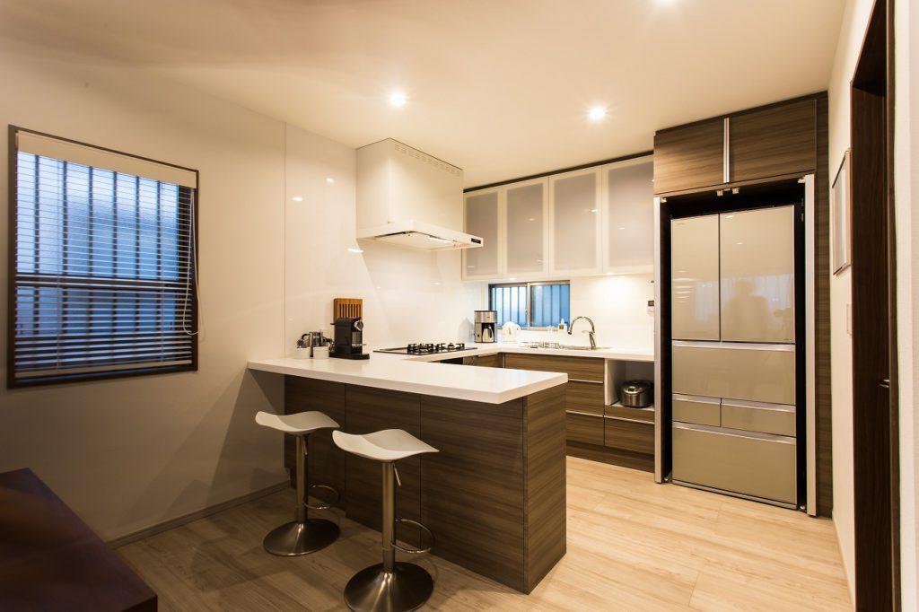 【LDKのキッチン】 冷蔵庫をお客様がいらした時にしまえるようにキッチンと同じ扉面材で収納を作りました。