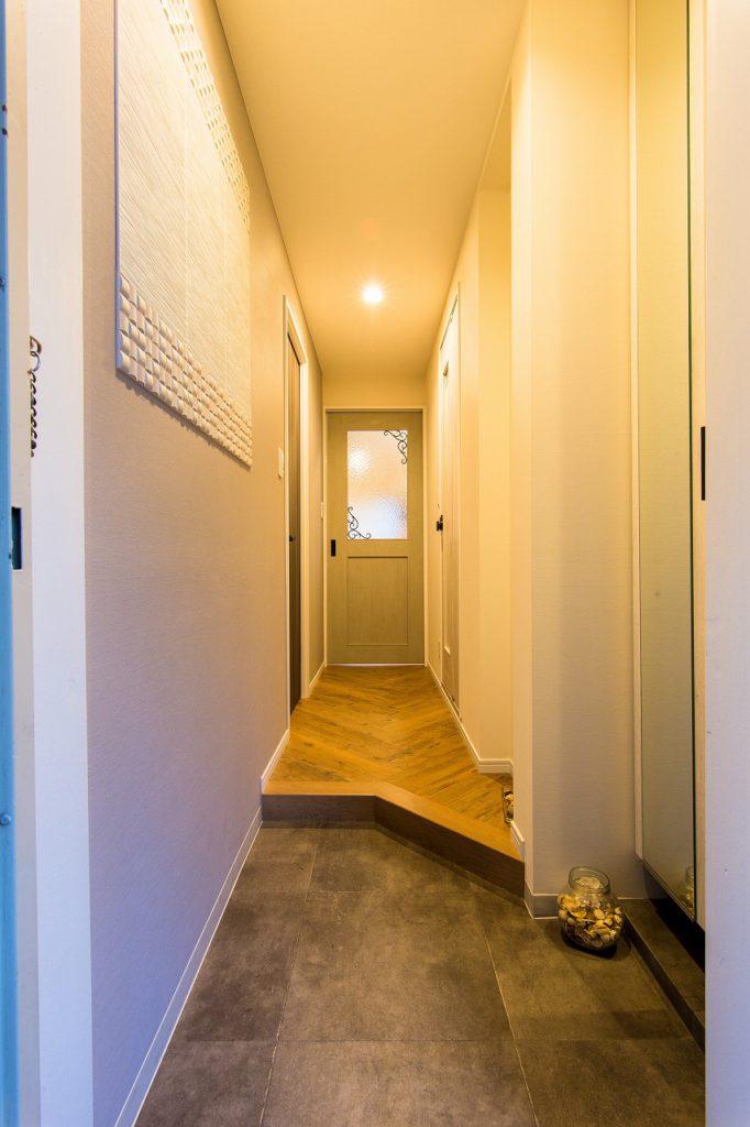 【玄関】 斜めの框とゆとりある土間で、帰ってきたくなる玄関に