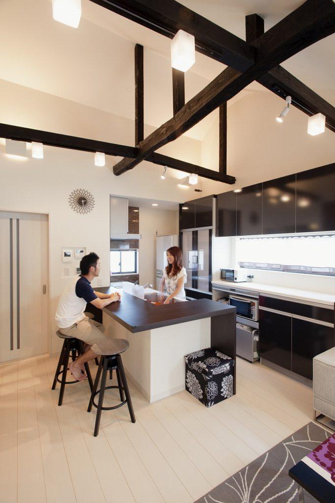 【ご夫妻キッチン】 リビング中央部に対面キッチンを作ることで、お料理をしている 奥様がご家族とコミュニケーションしやすい空間にした。