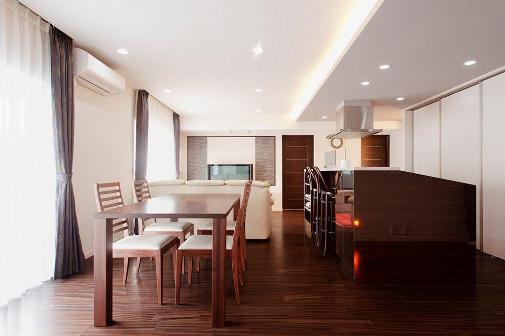 【LDK】 壁付けだったキッチンを対面型へ変更。造作したTVボードの壁面にはエコカラットを採用しました。