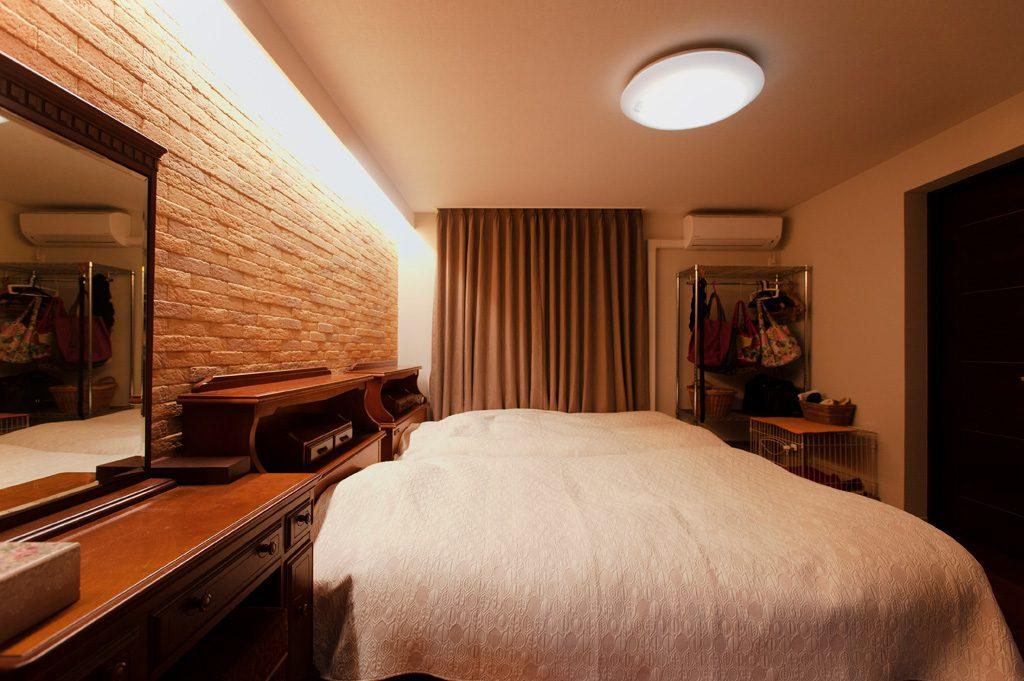 【寝室】 間接照明と、壁面いっぱいにエコカラットを敷き詰め、すっきりやすらぐ空間に。