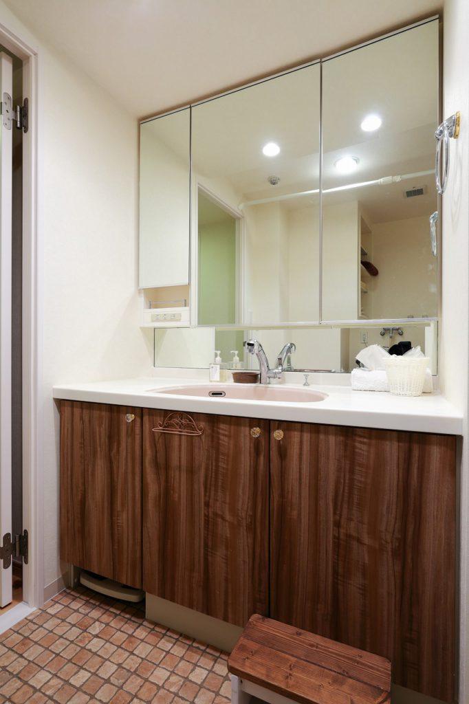 【洗面室】 比較的状態の良かった洗面台は交換せず、 ダイノックシートにて扉の色を一新。