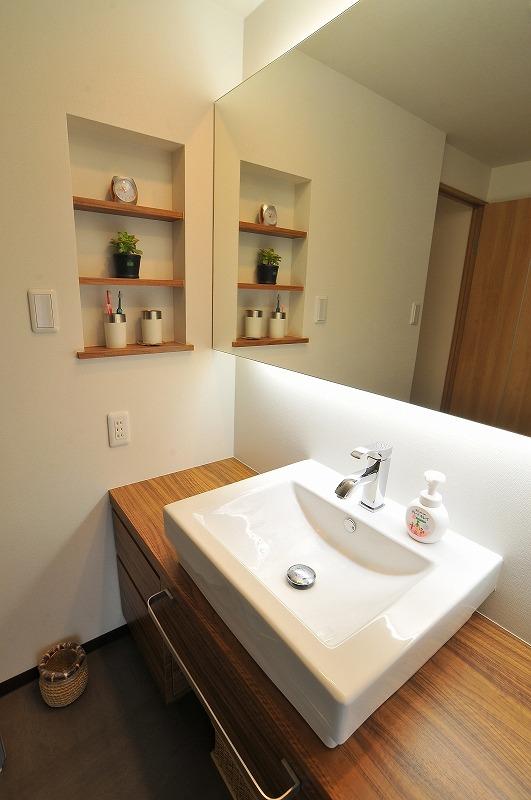 【洗面化粧台】 ご自慢の大きな一面鏡が広がりを感じさせる洗面所に 魅せています。