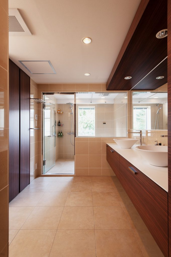 【サニタリー】 浴室のガラス戸を通して窓面の緑を取り入れ、 抜け感のある空間となっております