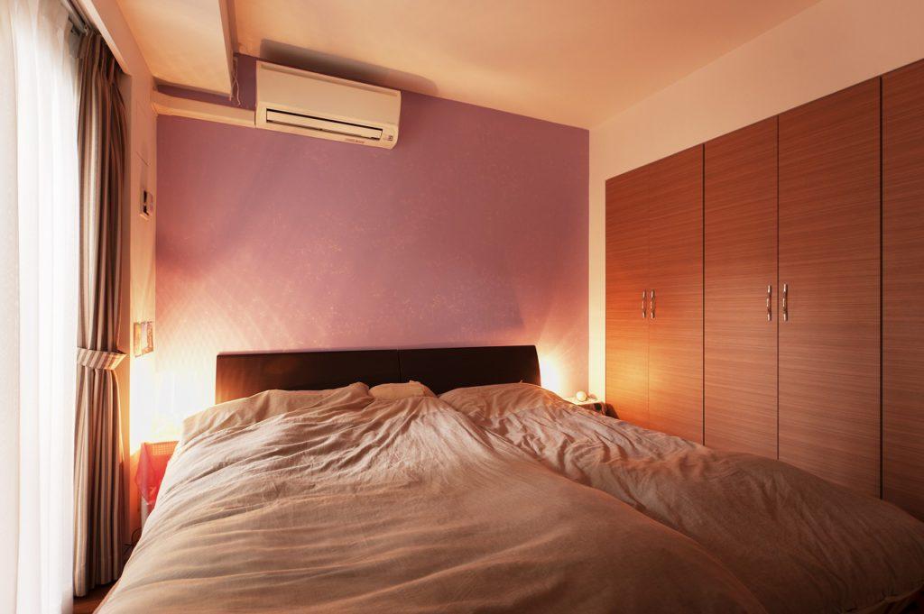 【寝室】 寝室の壁は一面をセルフペイントで アクセントとしております。