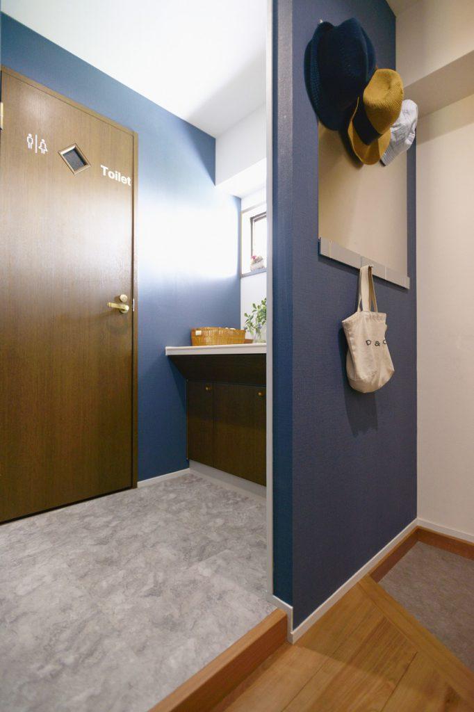 【洗面・玄関横】玄関脇の洗面室とトイレ。洗面室のドアをなくして一体化させたのは、遊びに来た人が気兼ねなく洗面室を使えるように。 やっぱり、洗濯機やお風呂がある洗面室にお客さんは通したくないですよね。