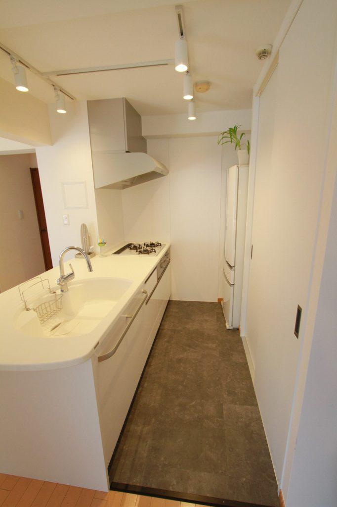 見えるキッチンだから、気に入ったものを長く使いたい。『白』をベースにしたおかげで、素材の良さが引き立つ上品なキッチン空間になりました。