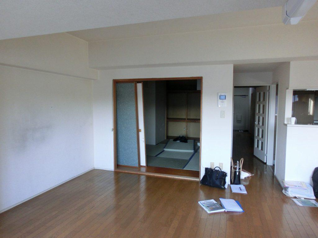 LDKに併設した和室は壁に囲まれ暗い印象でした。