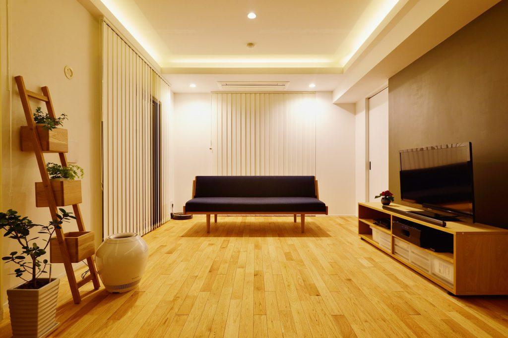 【リビング(夜)】インテリアの中心は北欧家具。アンティークで出会ったお気に入りのデイベット(ウェグナーGE258)。この世にひとつの存在です。