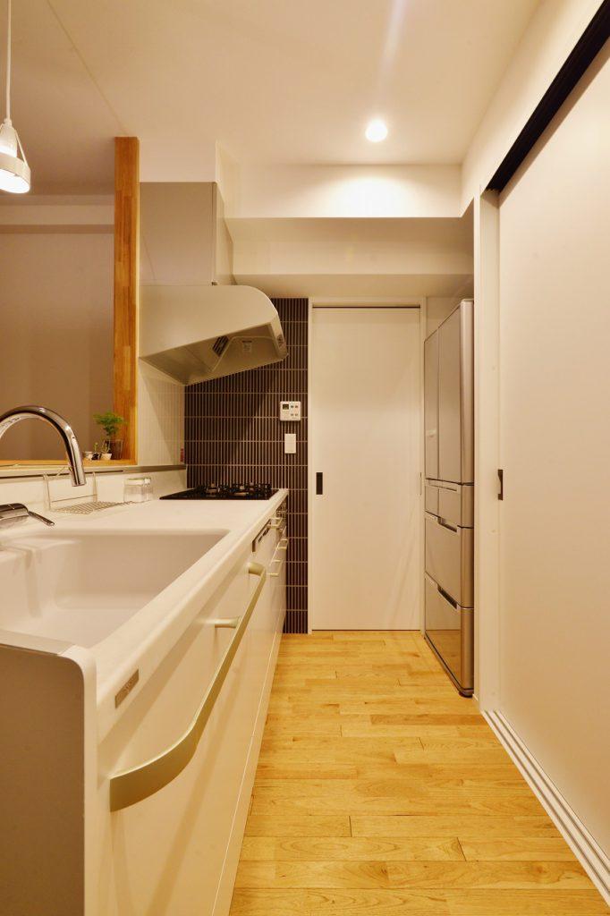【キッチン】 キッチンからつながる引戸を開けると洗面室と浴室。朝の忙しい時間に朝食の準備と洗濯を同時にこなせる、魔法の動線です。