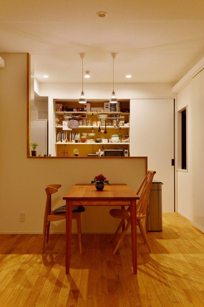 【キッチン収納】扉をあけるとアクセントになる食器棚は見せる収納として大活躍!使いやすさに配慮しつつも、存在感を出しました。
