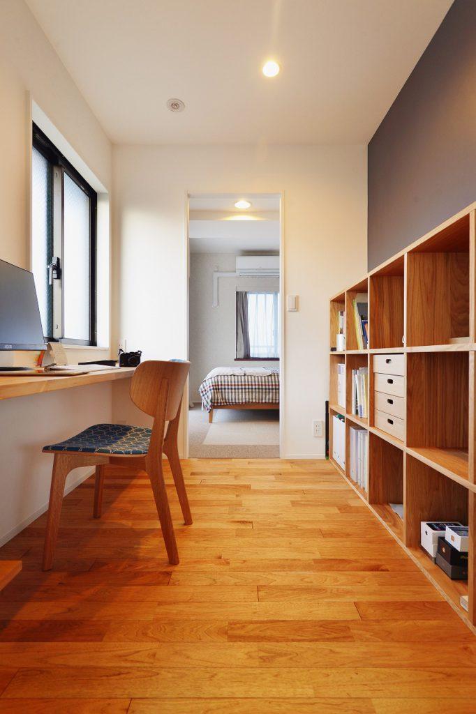 【書斎】 ご夫婦で使用する動線をかねた書斎です。リビングから書斎、寝室まで一直線につながる生活動線・回遊式プランニング。