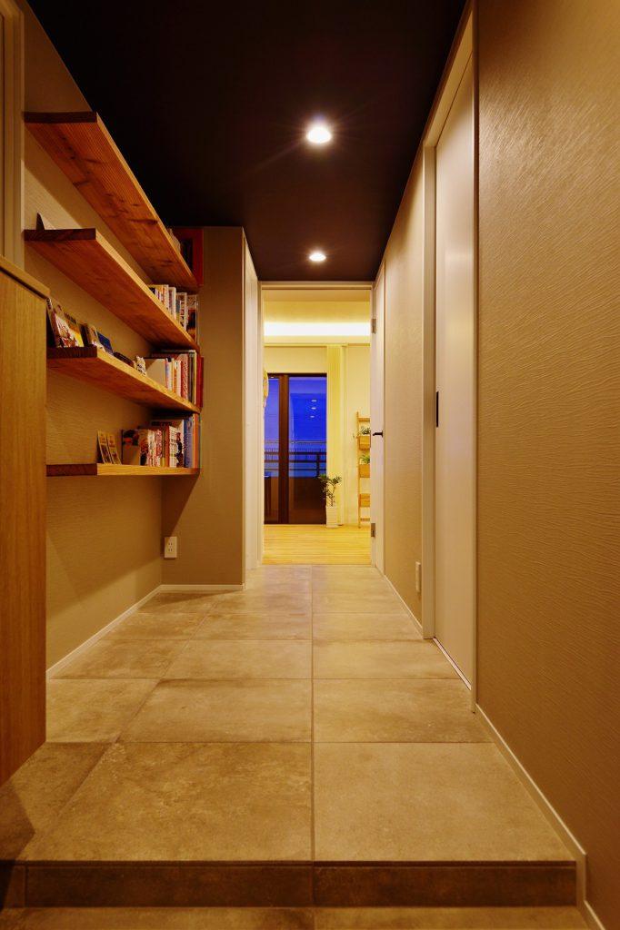 【エントランス】 エントランスとホールの床はタイルで仕上げる。棚の無垢の存在感を出すために、無機質な空間にしています。飾りだなは自分たちのスキを感じれるディスプレイスペース。