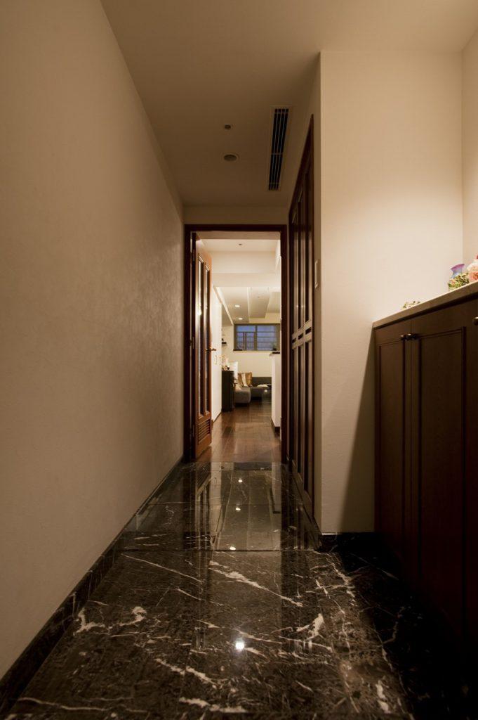 実は玄関の床や収納扉は既存なんです!廊下の床を玄関に合わせるだけでグッと高級感が出ます。お客さんをお迎えするのが楽しみに。 玄関が素敵になるといろいろ嬉しいが増えるのかも。