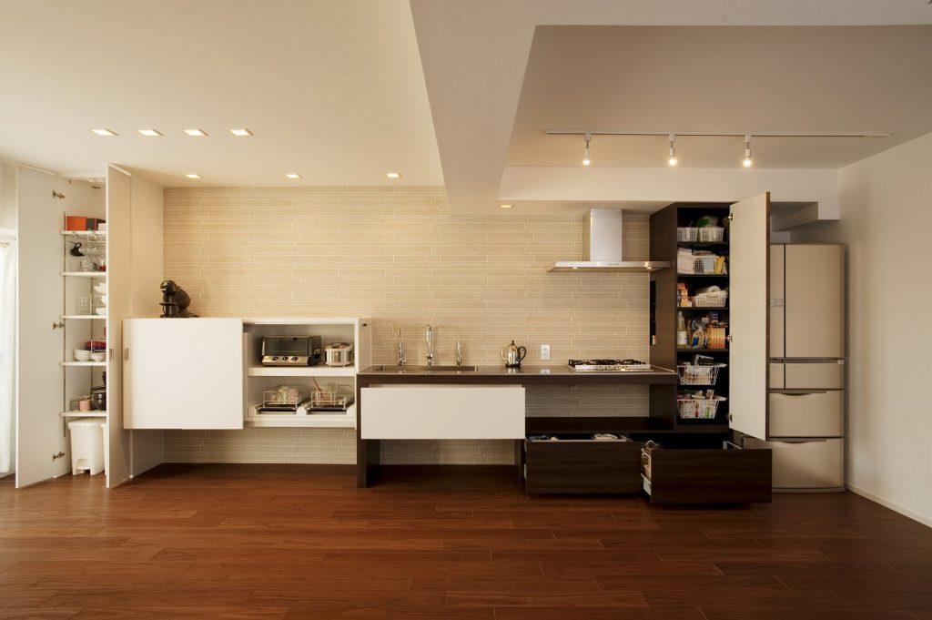 【LDK】 食器や家電、食材など、生活感が出てしまうものは、隠して収納出来るように計算されています。幅広の収納棚は床につけると重たい印象になるので壁付けに。