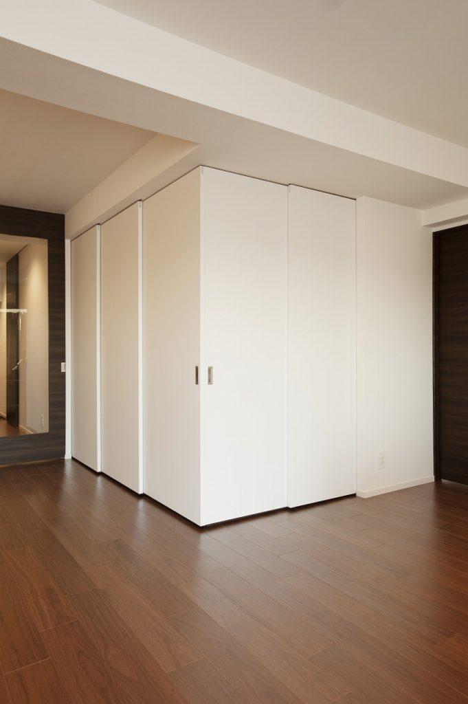 【和室】 仕切りを閉じた状態。仕切りは上から吊るされているので閉めるときに床に音が響かないのも特徴です。