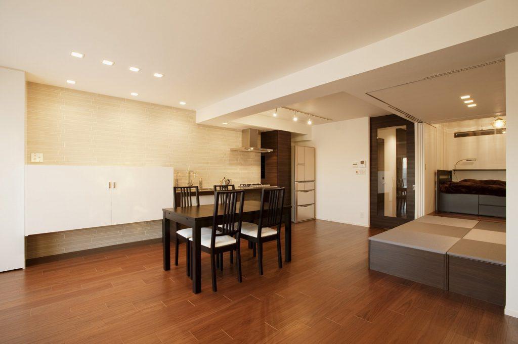 【LDK】 キッチンを設置した壁の一面だけにタイルを貼り、デザインのアクセントとしました。