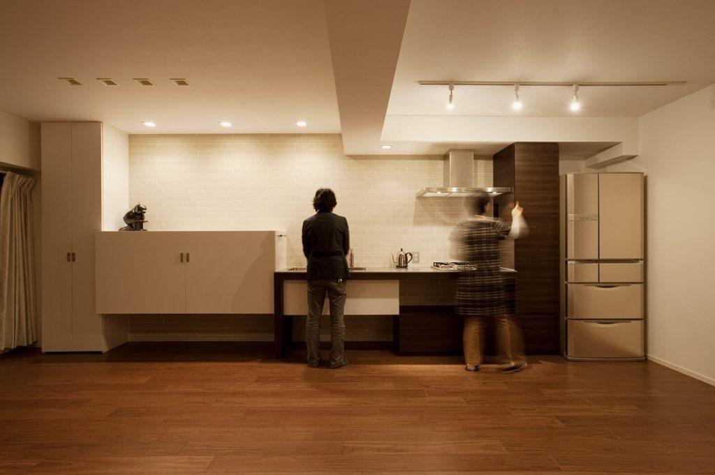 【キッチン】 インテリアになじむよう、キッチンぽくない意匠を心掛けました。絶妙なバランスで配置しています。
