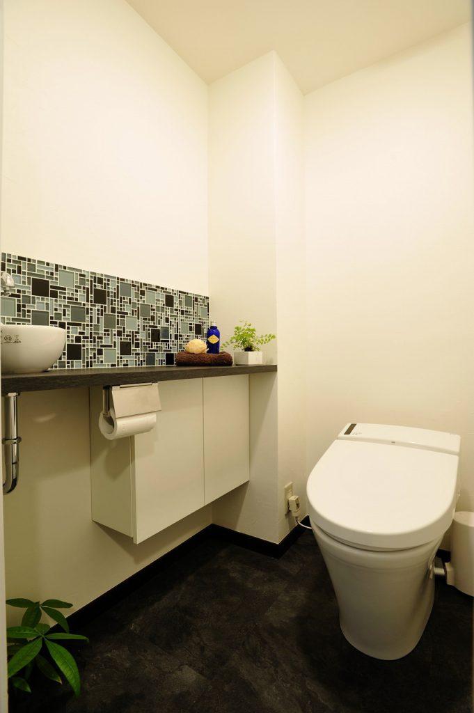 ▲トイレはタンクレスを採用。すっきりとした空間になっています。手洗器を別にし、壁面のモザイクタイルがアクセントになり、陰影をもたらすことで高級感を出しています。