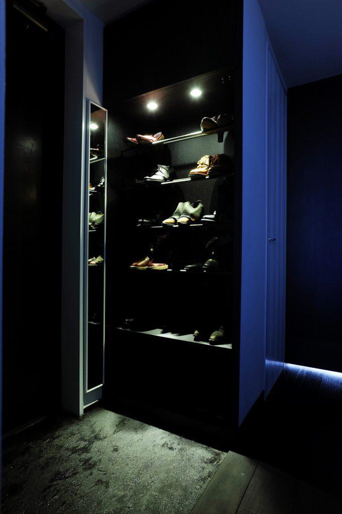 ▲靴好きのご主人様の要望で、下足入は見せる収納に。 仕切り板の代わりに異形丸鋼を用いて、硬質なイメージに仕上げています。玄関の床材も、モルタルに墨の粉を混ぜて質感を出すなど、こだわりを出しています。