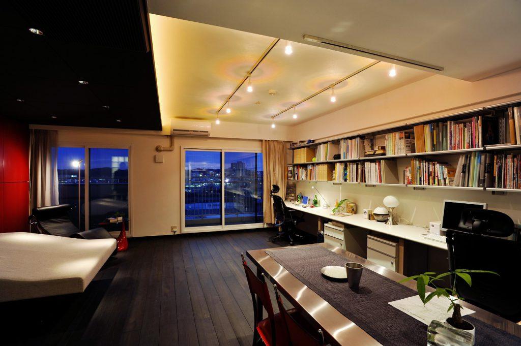 ▲キッチンダイニング側から書斎兼リビングを望む。