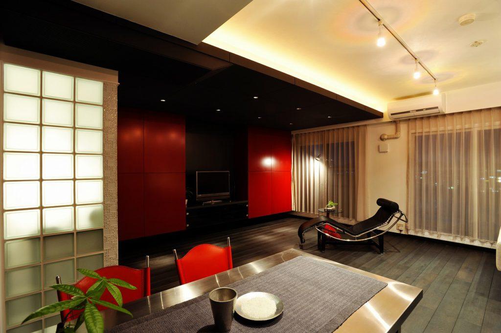 ▲昼夜の光は部屋のイメージをガラリと変化させます。 2部屋をつなぐことで、あらわになった天井の段差は、色を変えたり、際立たせることでデザインの一部に。間接照明と相まって、空間に豊かな表情を与えています