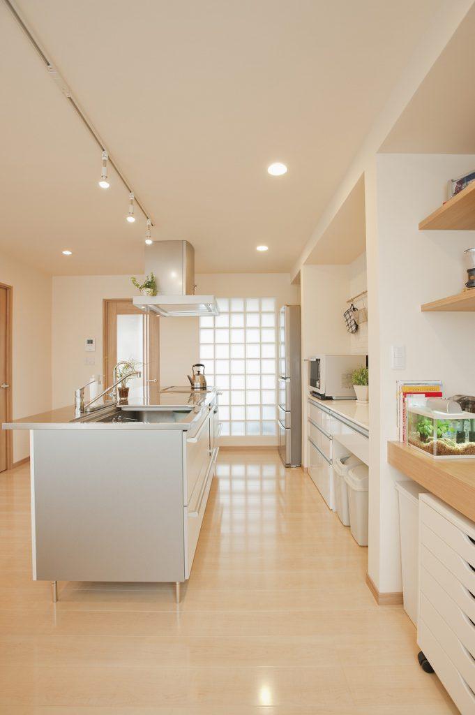 ▲収納はカウンター下にまとめ、空間の広がりを感じられるようにしたキッチン。