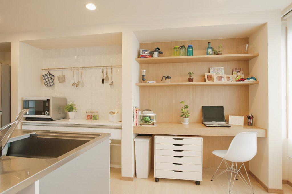 ▲キッチンは弊社多摩店で選んでいただきました。ダイニングではナチュラルを基調に白木の棚を造作。