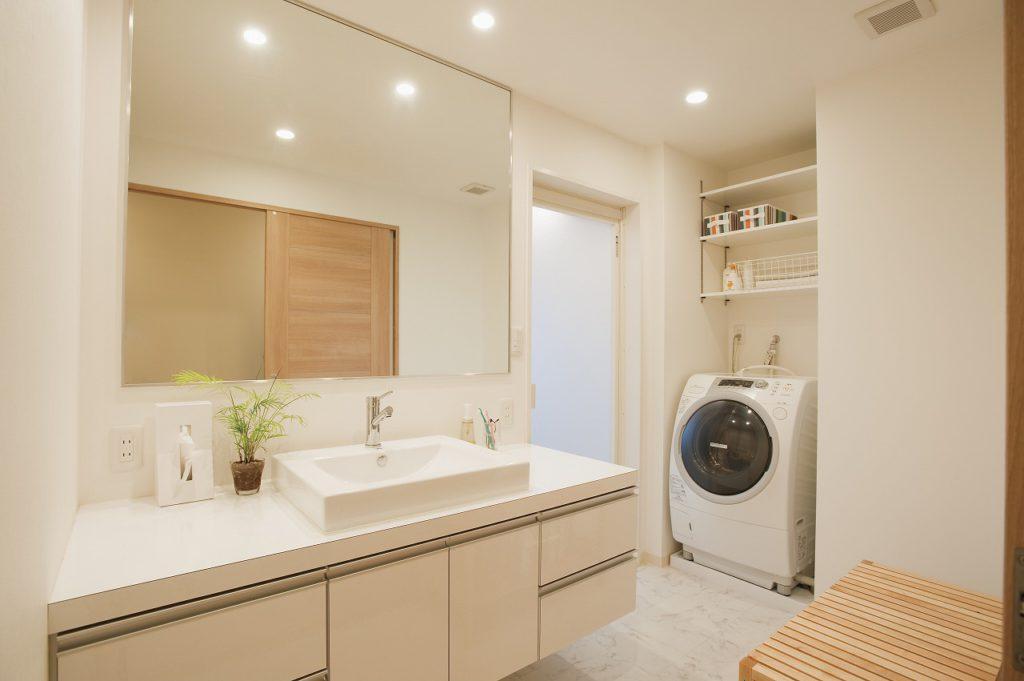 ▲広々とした洗面室は、キッチンとともに要望が大きかった場所。洗面台は造作しました。