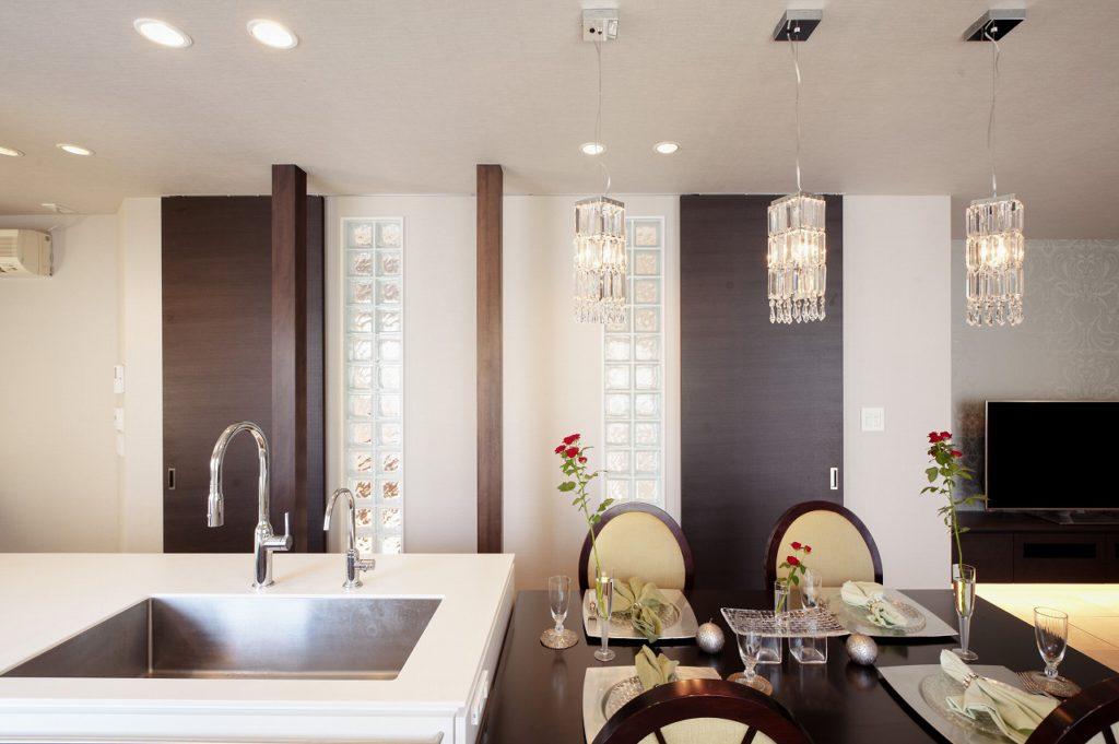 【ダイニングキッチン】 家電や食器などは造作した収納に隠し、全体をすっきりさせています
