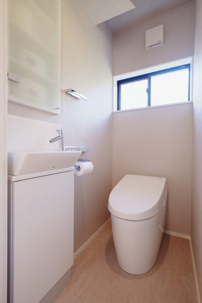 【トイレ】 廊下からの段差をなくしバリアフリー化しました タンクレストイレを採用し広々スッキリ空間となっています
