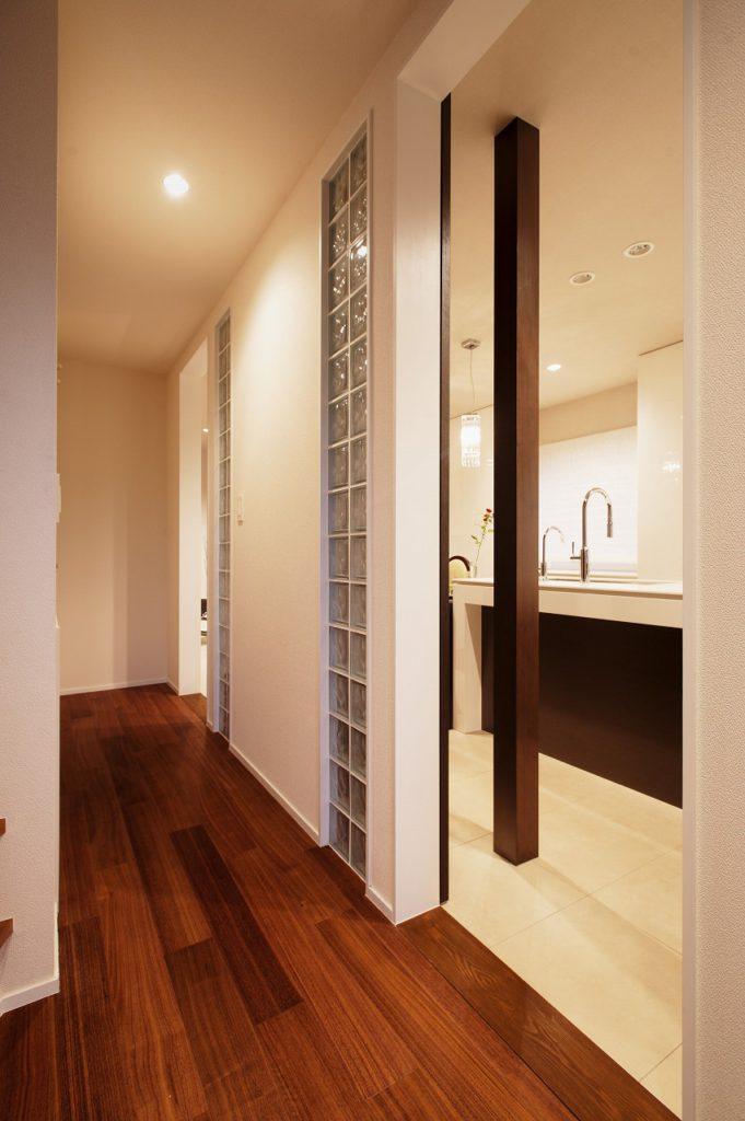 【廊下】 床はウォールナットのフローリングとなっています