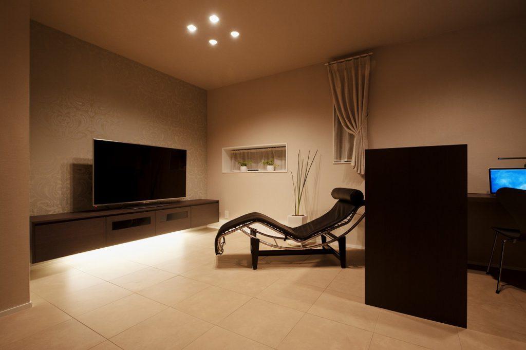 【リビング】 TVボードは空間に合わせて造作 壁面にはアクセントクロスを採用しました