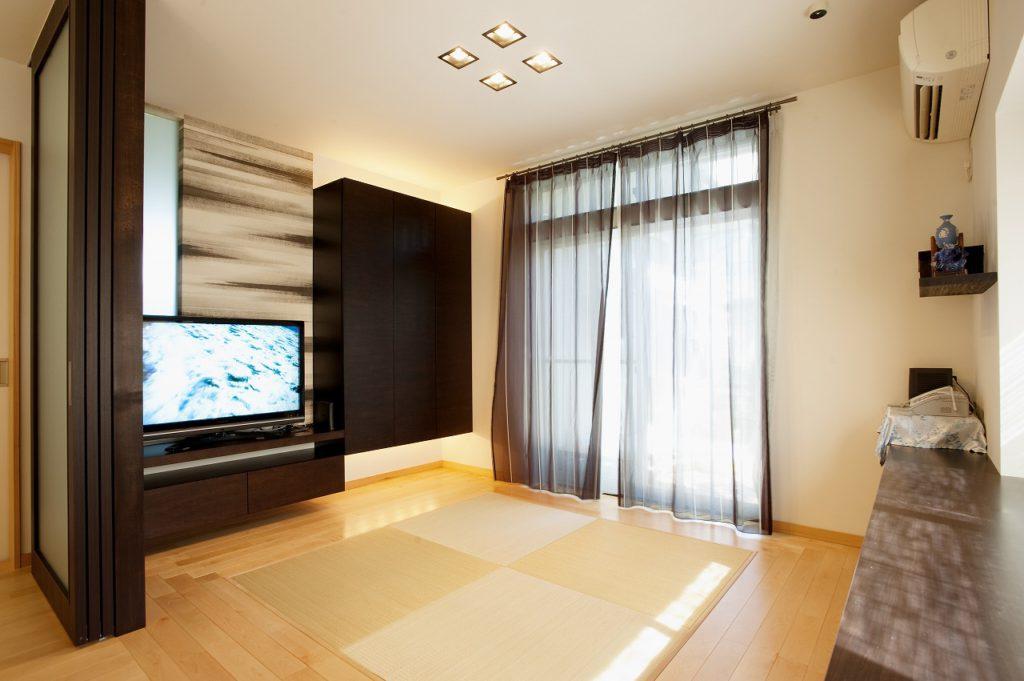 ▲ご夫婦二人のお気に入りのお部屋は、カーテンなどの装飾物にも弊社コーディネートになっています。