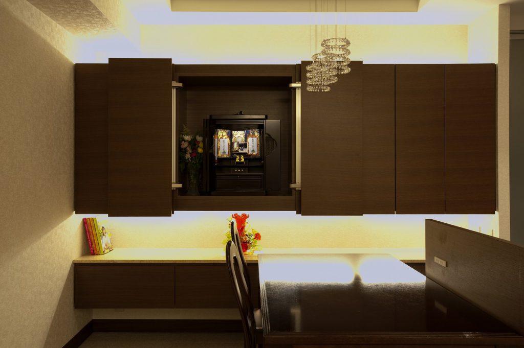 ▲仏壇を組み込んだ壁面収納は、空間の統一感を保ちながら仏壇の存在感も損なわないようになっています。